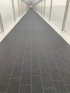 Instalación de Pavimento vinilico en pasillo Hospital de campaña Santos Pavimentos